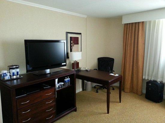 Hilton Chicago/Oak Lawn : TV and Desk Area