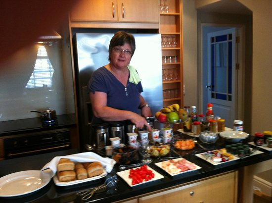 Aan Dorpstraat Guest House: Gwen at breakfast buffet