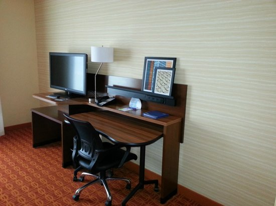 Fairfield Inn & Suites Hutchinson: Desk area