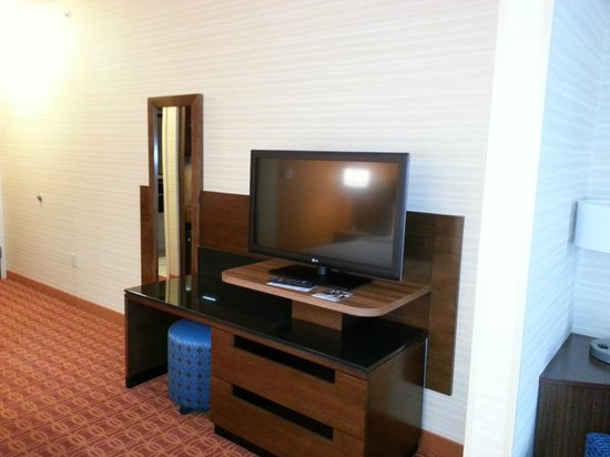 Fairfield Inn & Suites Hutchinson: Bedroom TV