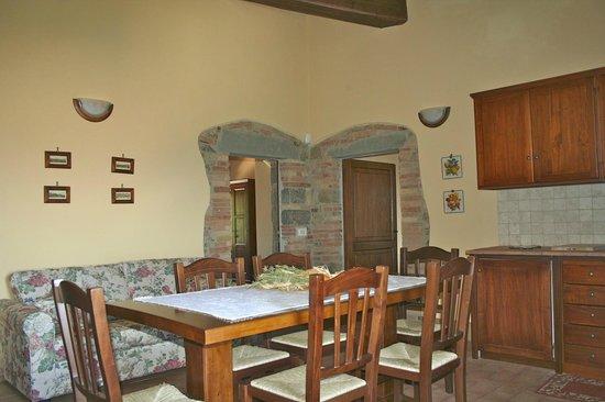 Cucina/soggiorno Arredata secondo il vecchio stile contadino - Foto ...