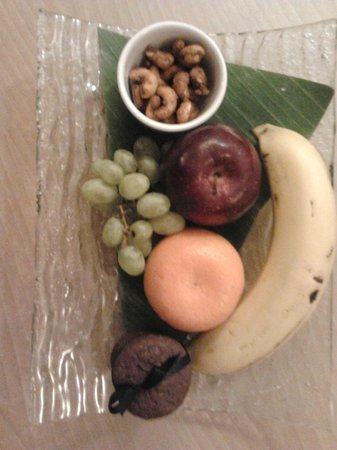 Le Meridien Jakarta: Fruit platter in the club room