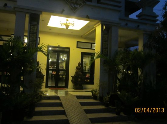 The Kool Hotel: entrance at night