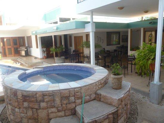 هوتل موزونتي: Area de piscina y terraza