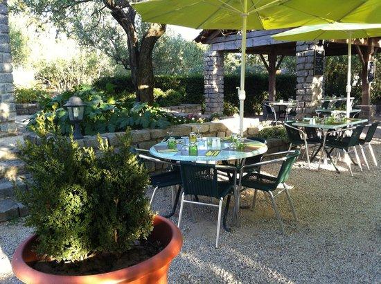 La Table des Oliviers: terrasse du vieux chênes
