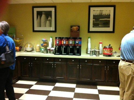 Hampton Inn & Suites Denver-Speer Boulevard : Breakfast Bar