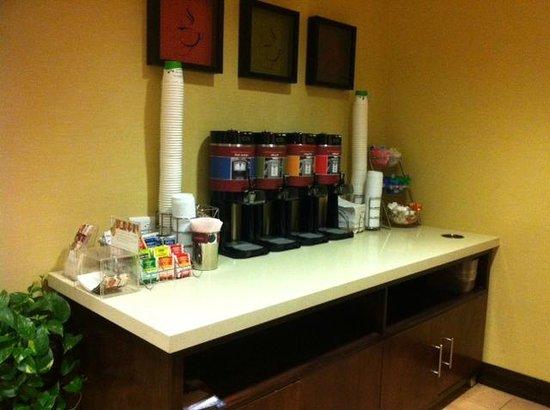 Hampton Inn & Suites Denver-Speer Boulevard : 24 hour fully stocked Coffee/Tea/Cocoa Bar