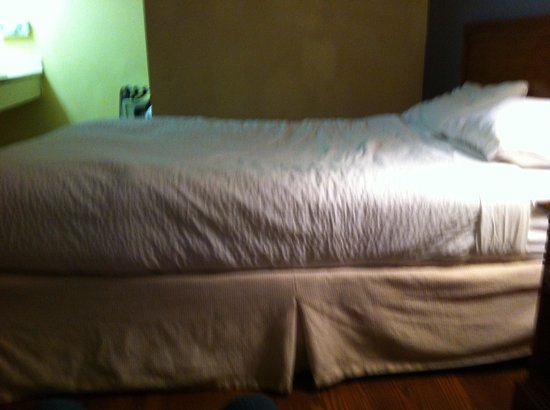 Claremont Kissimmee Hotel: Slanted beds, springs poking through, no comforter only a sheet