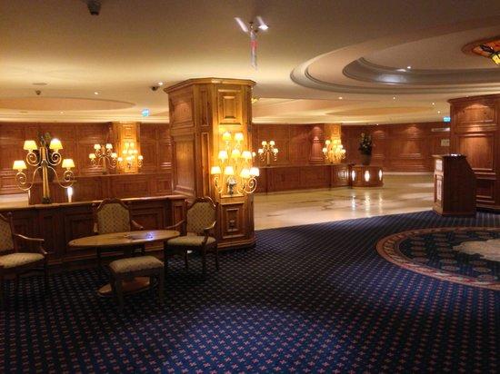 Interalpen-Hotel Tyrol: Entrata hotel in auto