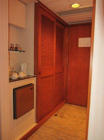 Gloucester Luk Kwok Hong Kong: Room entrance with minibar