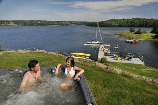 Bras d'Or Lakes Inn: Hot tub overlooking the Bras d'Or Lake