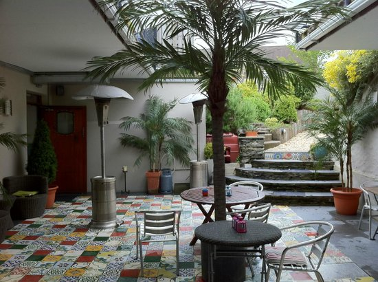 QC's Townhouse: Courtyard outside the lounge area