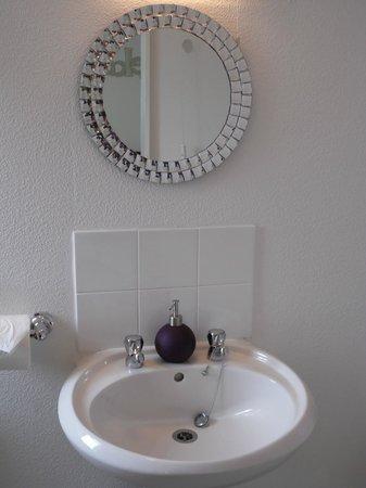 The Waterside B&B: Shower room
