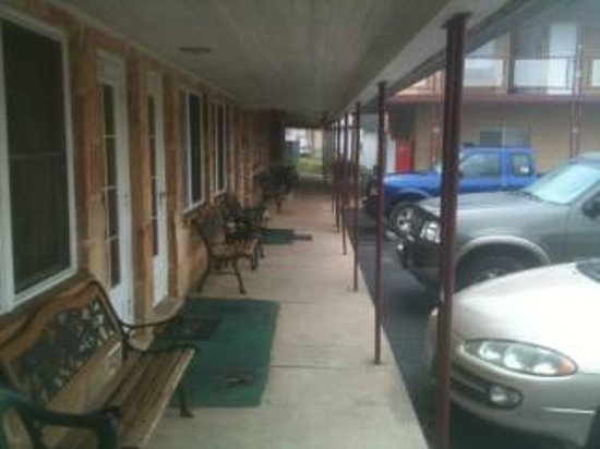 Malone's Motel: Well Cared-For Building And Grounds
