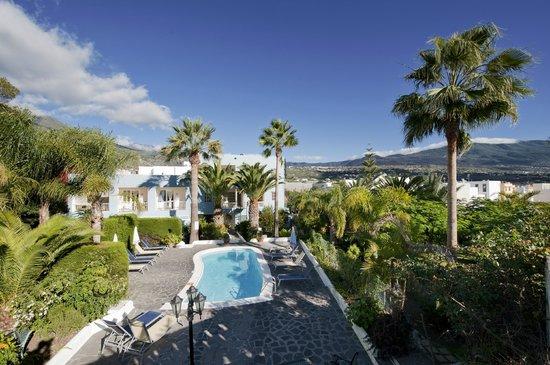 Apartamentos Adjovimar: Jardín piscina agua salada