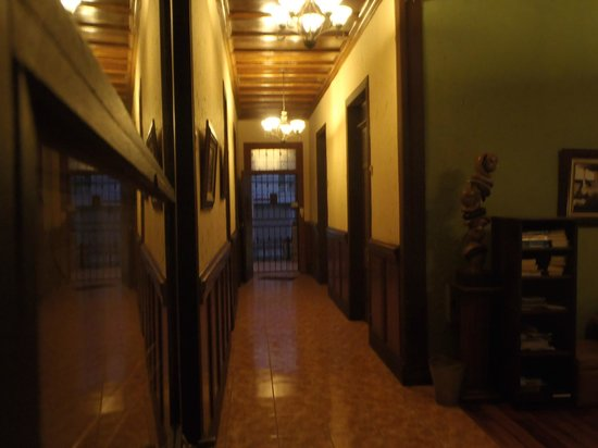 Hotel Los Volcanes B&B: The hall to the front door