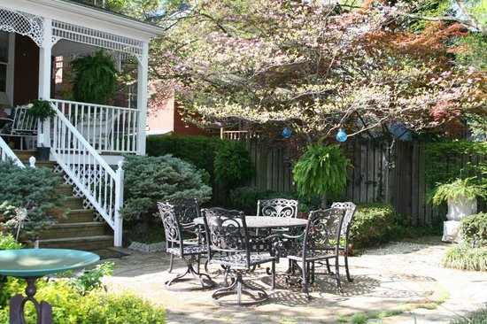 Central Park Bed and Breakfast: Spring in the backyard