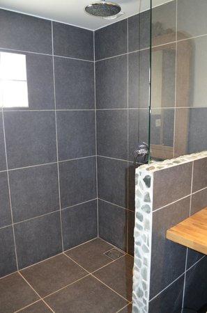 Auberge de la Source - Hotel de Charme: douche à l'italienne