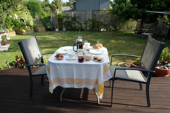Ah house, Nelson City B&B: Amazing breakfast spread in the beautiful back yard