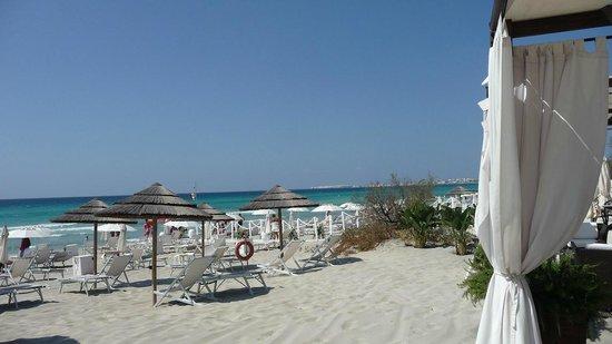 Grand Hotel Costa Brada: Spiaggia attrezzata: unico pregio dell'hotel.