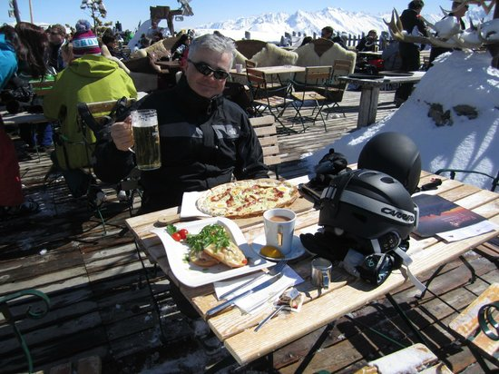 Schneekarhutte: Our food arrives...
