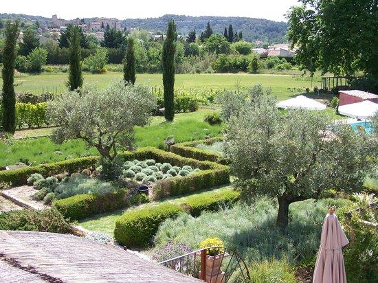 La Capucine : vue Jardin et chateau de Lagnes