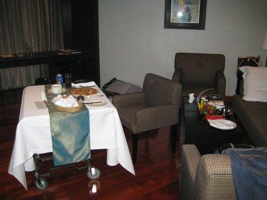 Landmark Bangkok: Room Service in Junior Suite