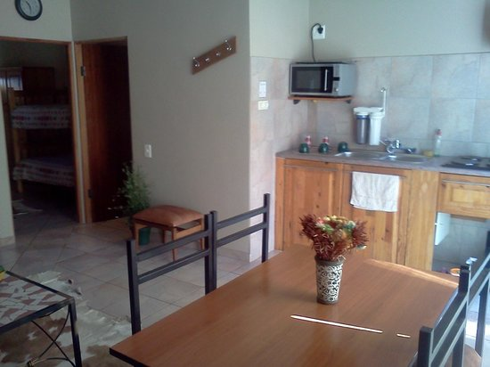 101 Oudtshoorn Holiday Accommodation: Kitchen & Indoor Dining