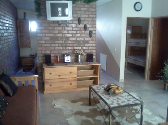 101 Oudtshoorn Holiday Accommodation: Living Room