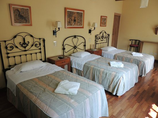 Hostal El Patio: triple room w/ 3 twin beds