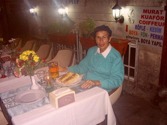 Atlantis Hotel: Lugar frente al Hotel, para comer.