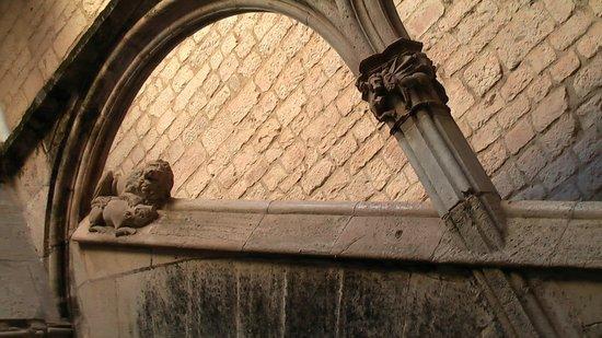 Monasterio de Santes Creus: Detalle de la escalera del apalaci real