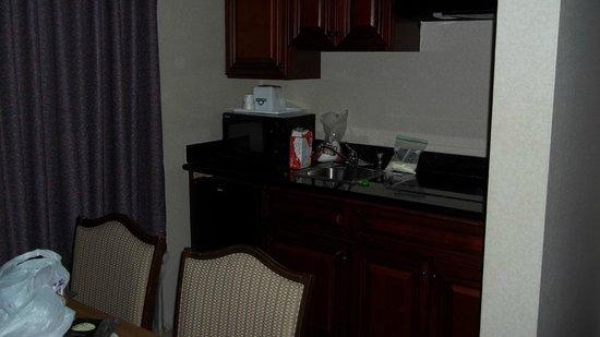 Days Inn Arlington Pentagon: kitchen area-stove,microwave,sink,frig & table