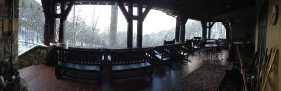 Tuckasiegee River Mountain Lodge : Beautiful front porch!