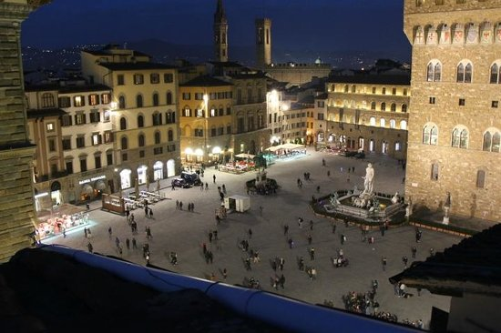 Relais Piazza Signoria: Square at night from the balcony