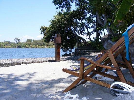 Jicaro Island Ecolodge Granada: Pequeña playa para entrar al lago