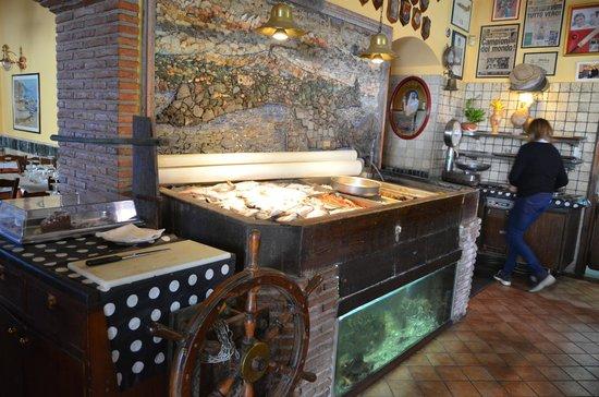 Santa Tecla, Italy: Il banco del pesce all'ingresso del locale