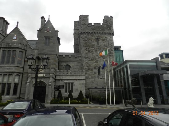 Clontarf Castle Hotel: Front view of the hotel