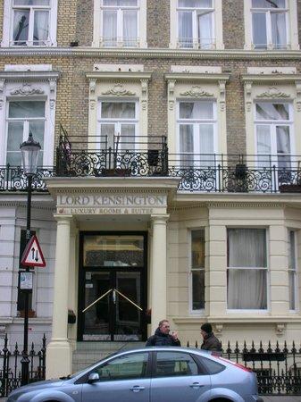Lord Kensington Hotel: Facciata dell'Hotel in perfetto stile Inglese