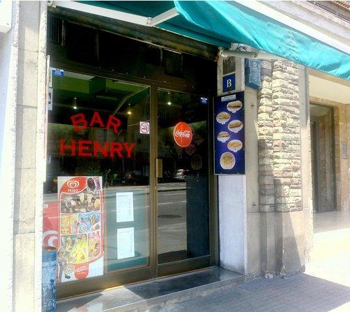 Bar Henry: Exterior