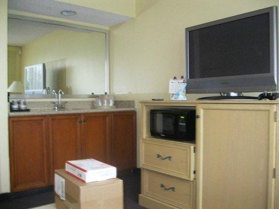 BEST WESTERN Orlando Gateway Hotel: Mini cocina, el refrigerador esta en el mueble bajo la tele
