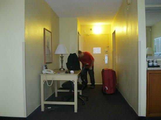 BEST WESTERN Orlando Gateway Hotel: Hall de entrada con escritorio, las lámparas tienen enchufes extra.
