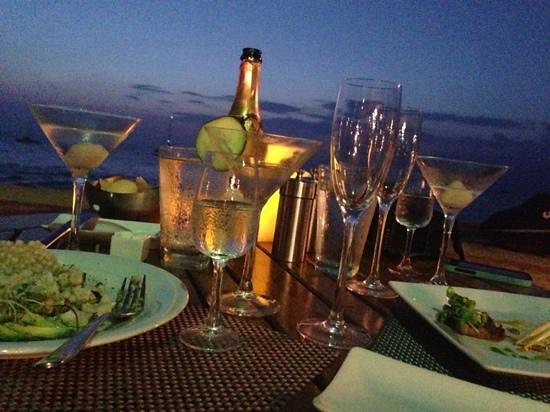 Tropica Restaurant & Bar: ocean front table