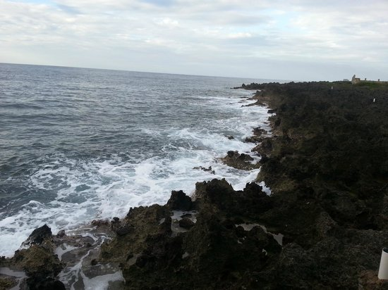 Seagrape Plantation Resort: Breakers on the rocks