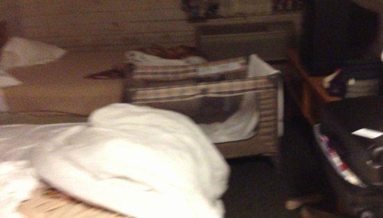 Travelodge Inn & Suites San Antonio Airport: Todo apretado dentro del cuarto, ni se puede caminar.