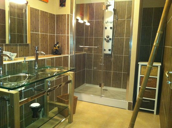 Les Collines du Périgord : Salle de bains chambre Malva