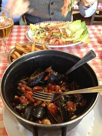 Bistrot Du Coin: mussels and salad