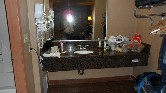 Super 8 Anaheim/Disneyland Drive: El labavo fuera dl baño tiene tiene cafetera y secadora.