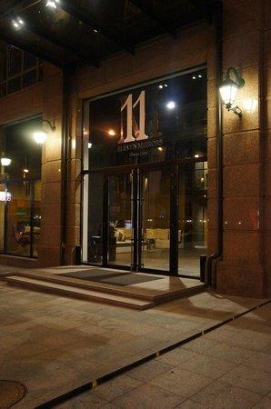 11 Mirrors Design Hotel: Вид на вход в отель