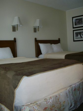 Cheshire Motor Inn: Renovated room with premium bedding